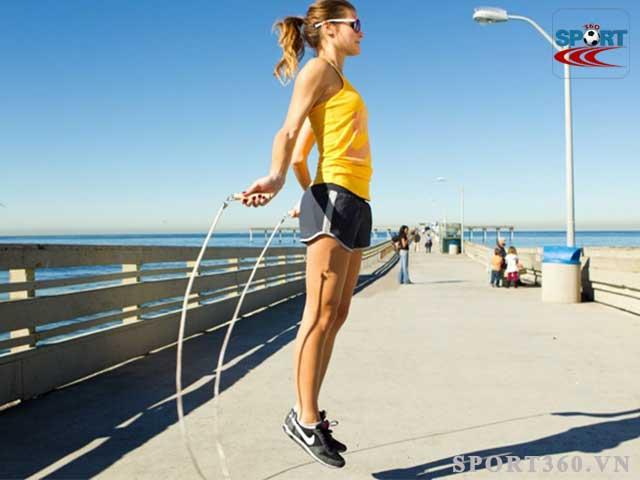 Nhảy dây đúng kỹ thuật sẽ giúp bắp chân nhỏ lại