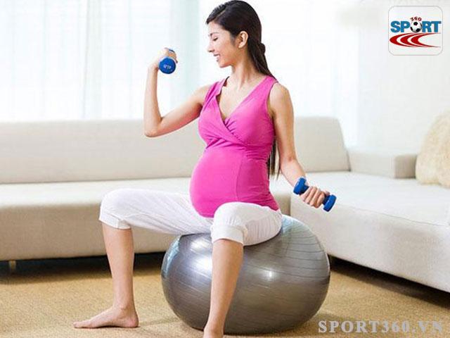 ngồi lên bóng giúp giảm áp lực rất tốt cho bà bầu và người bị trĩ