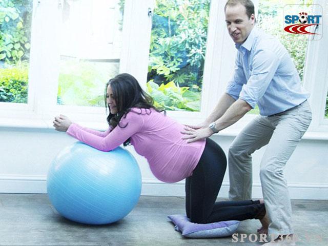 Hoàng tử Anh giúp vợ bầu tập yoga